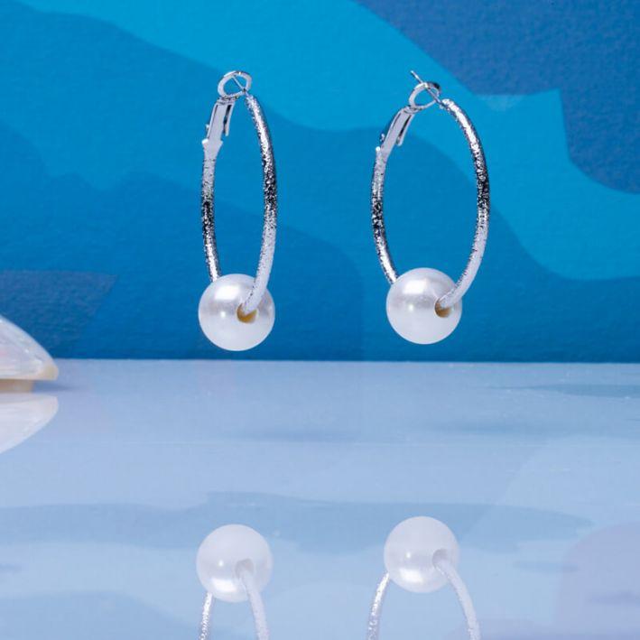 Boucles d'oreilles créoles argentées et perle de nacre