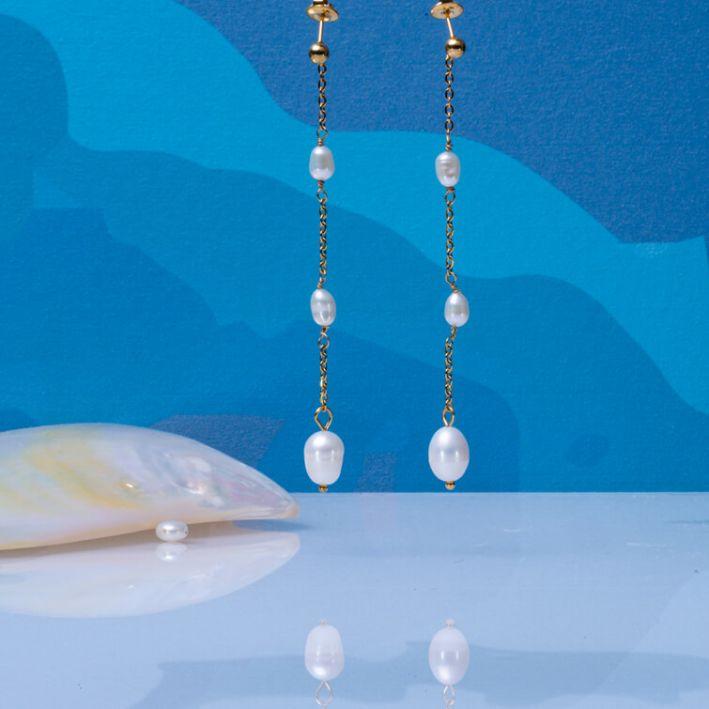 Boucles d'oreilles longues, perles de culture blanches sur acier doré