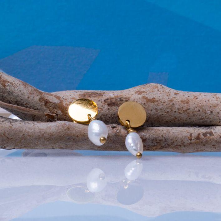 Dormeuses petite perle de culture sur disque en acier doré