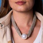 Collier une magnifique perle de nacre blanche sur ruban doré