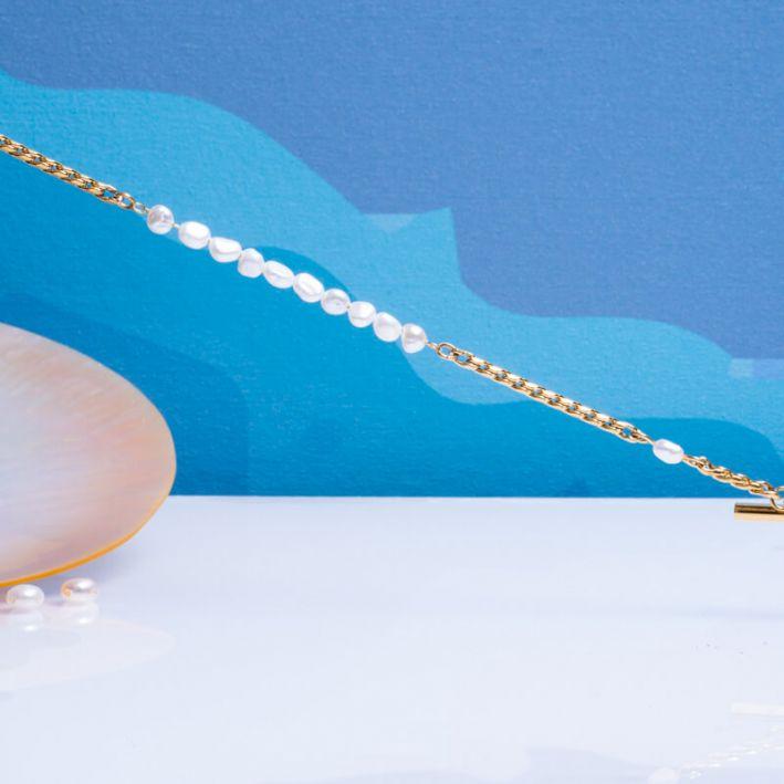 Bracelet mailles tendance en acier doré et perles de culture rondes baroques blanches