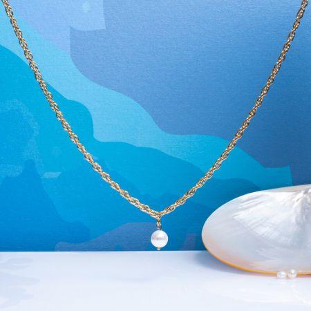 Collier grosses mailles en acier doré et pampille perle de nacre blanche