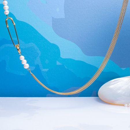 Collier multi-mailles et attache dorée, perles de culture blanches