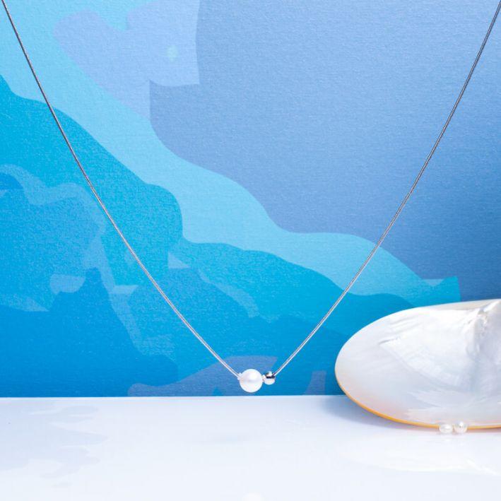 Collier perle de culture blanche et perle en métal argenté sur acier argenté
