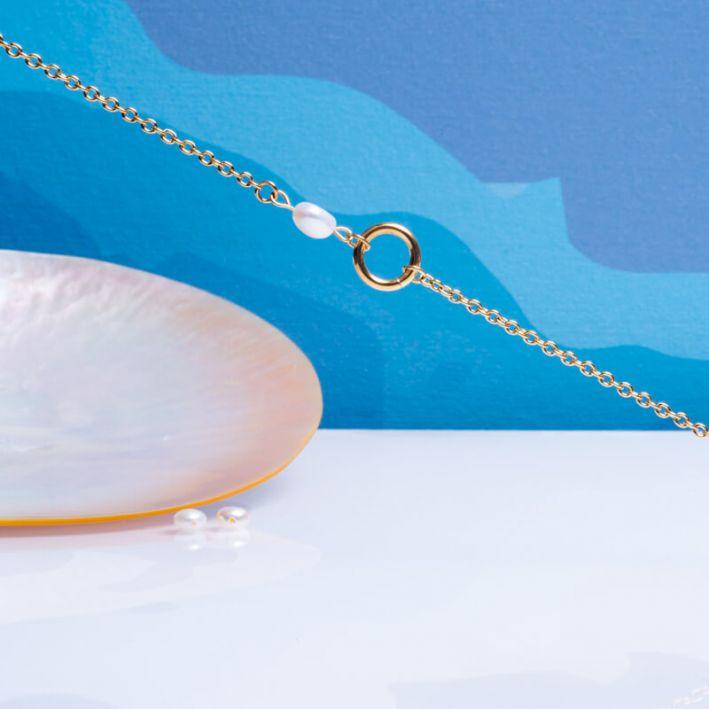 Bracelet cercle en acier doré et perle de culture blanche sur chaîne dorée