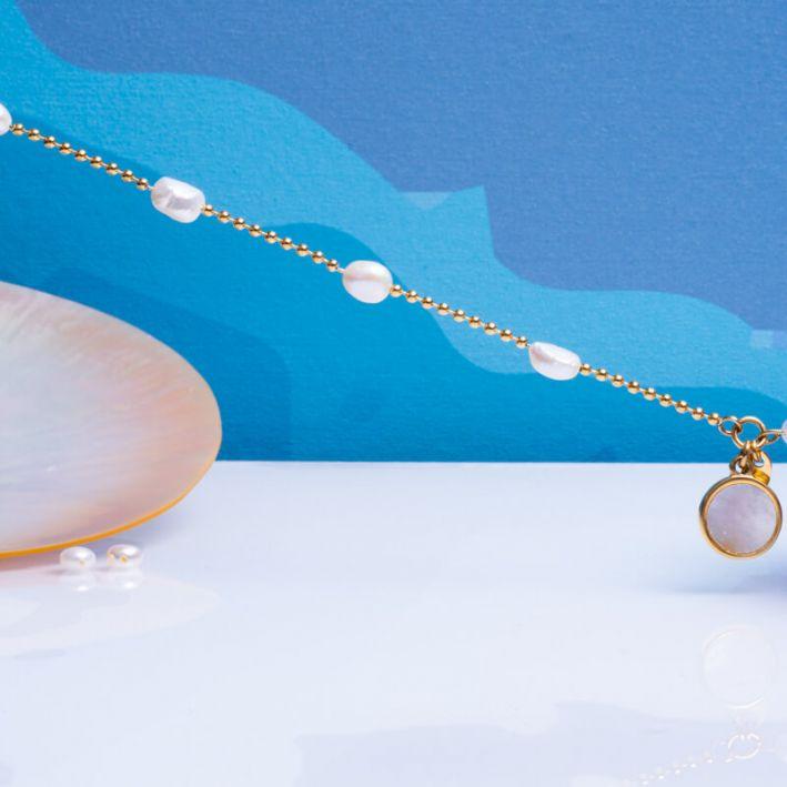 Bracelet perles baroques sur chaîne en acier doré et pampille médaille en nacre