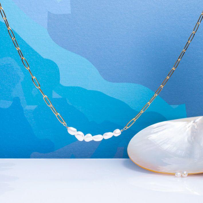 Collier mailles en acier doré et perles de culture baroques blanches