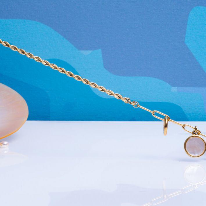 Bracelet mailles en acier doré et pampille perle de culture baroque blanche et médaille breloque en nacre