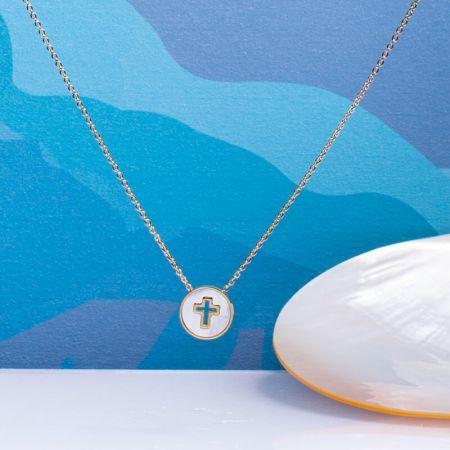 Collier médaille croix sertie évidée sur nacre et acier doré