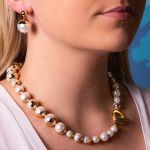 Collier perles nacre blanche couronnées de doré