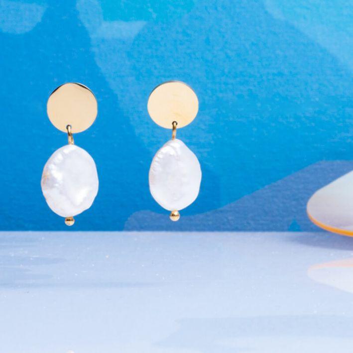 Boucles d'oreilles dormeuses perles de culture en forme de médaille