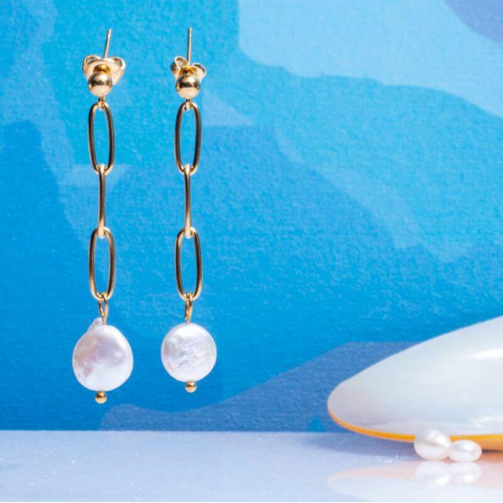 Boucles d'oreilles mailles carrées en acier doré et perle de culture ronde en forme de médaille