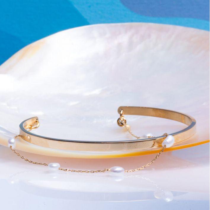 Bracelet jonc en acier doré et petites perles de culture blanches