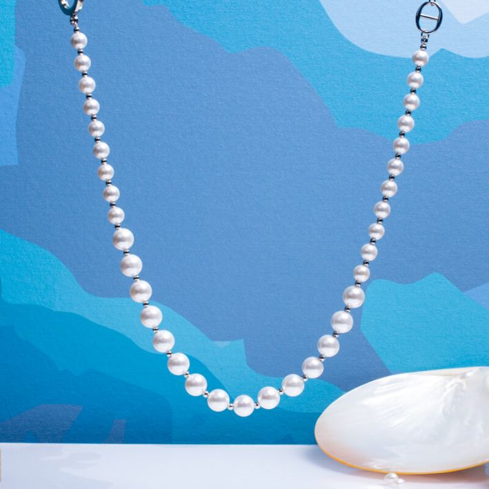 Collier perles de nacre blanche et perles en acier argenté avec fermoir bouée