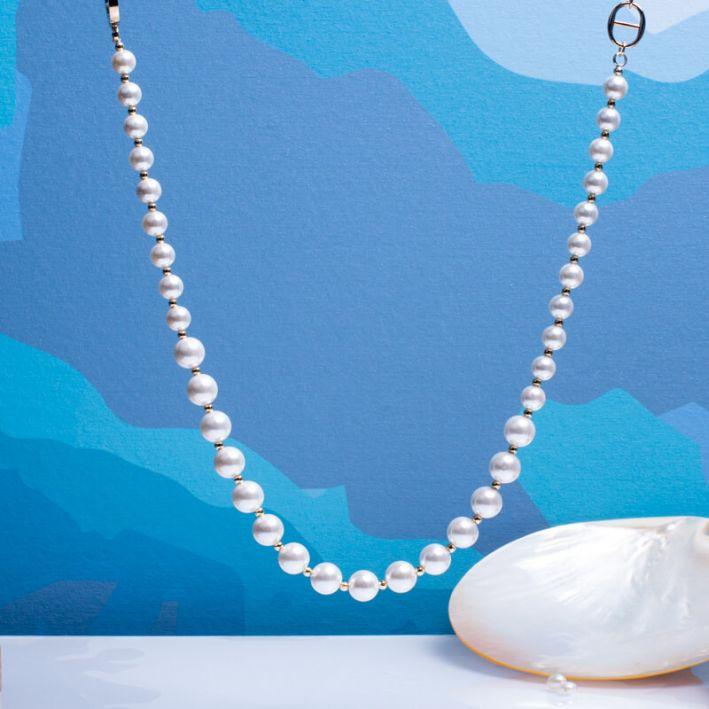 Collier perles de nacre blanche et perles en acier doré avec fermoir bouée