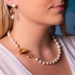 Boucles d'oreilles clips perles de nacre blanches sur anneau sellier doré