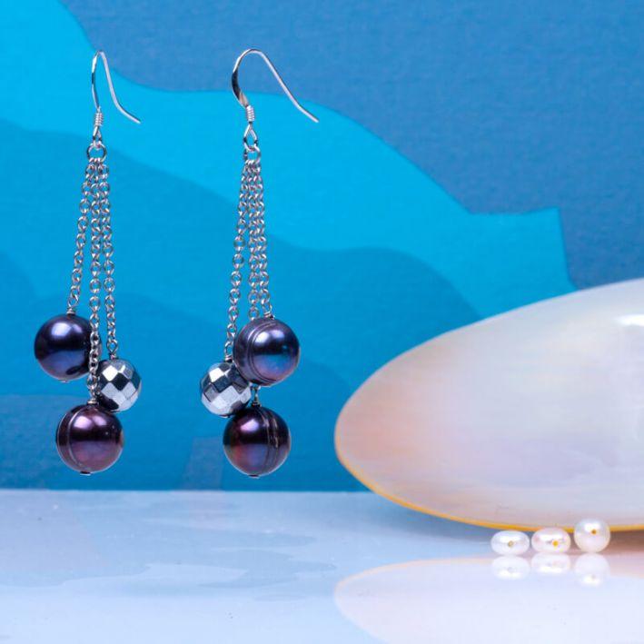 Boucles d'oreilles longues perles de culture noires et perle d'hématite