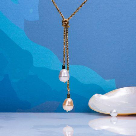 Sautoir cravate chaîne acier doré et duo perles de nacre goutte blanche et dorée