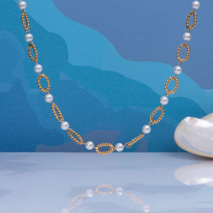 Collier alternance mailles torsadées en acier doré et perles de culture blanches
