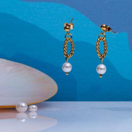 Boucles d'oreilles longues mailles torsadées en acier doré et sa perle de culture blanche