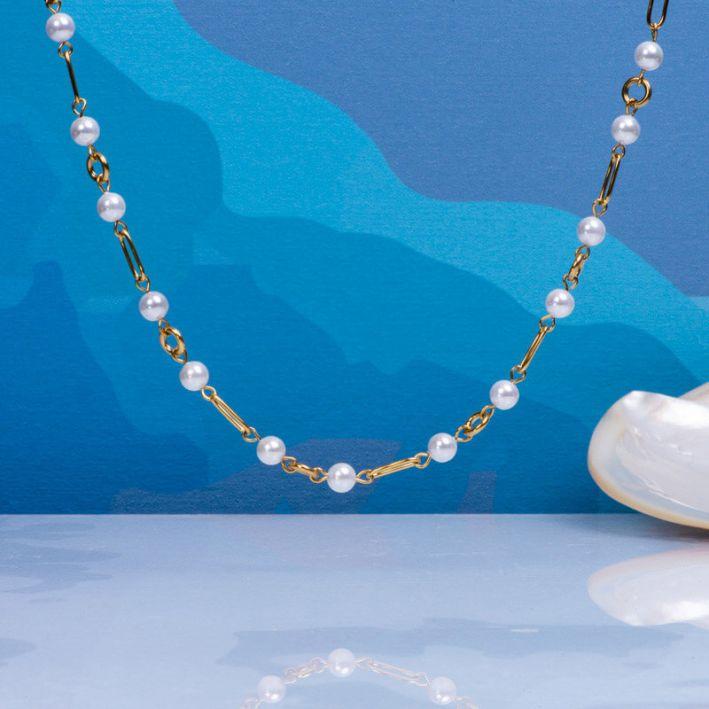 Collier alternance mailles en acier doré et perles de culture blanches