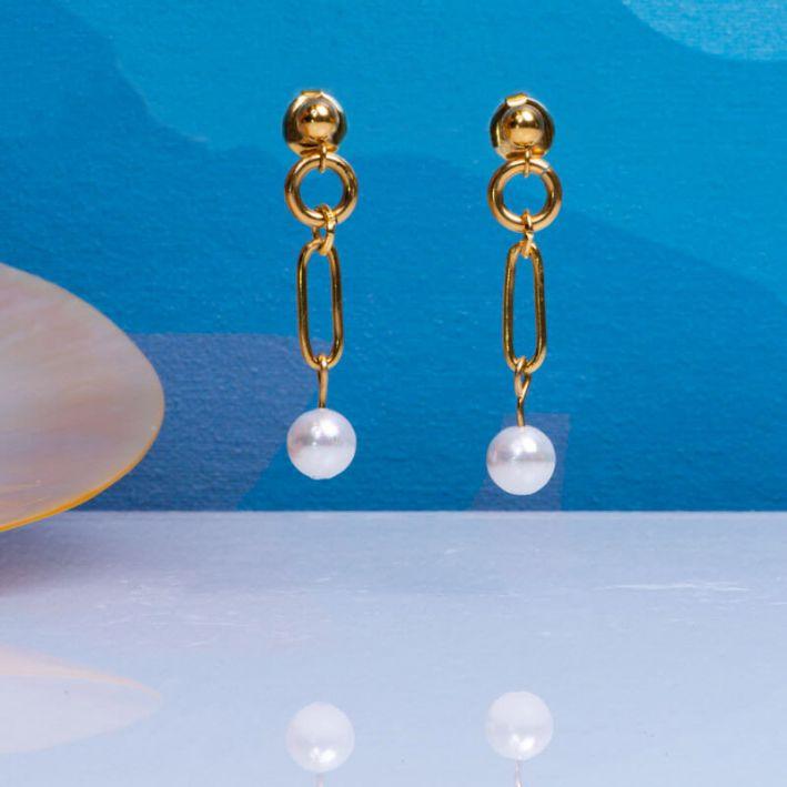 Boucles d'oreilles longues mailles en acier doré et sa perle de culture blanche