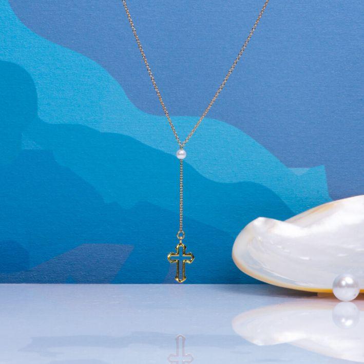 Collier cravate une perle de culture blanche et croix en acier doré