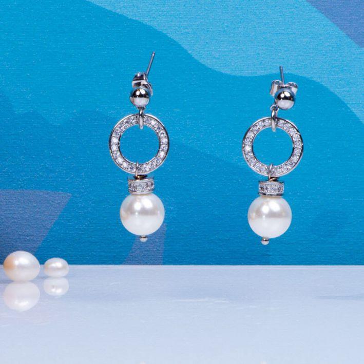 Boucles d'oreilles perles de nacre blanche et pavage cristal