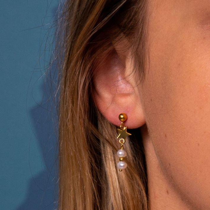 Boucles d'oreille étoile en acier doré et ses deux perles de culture blanches