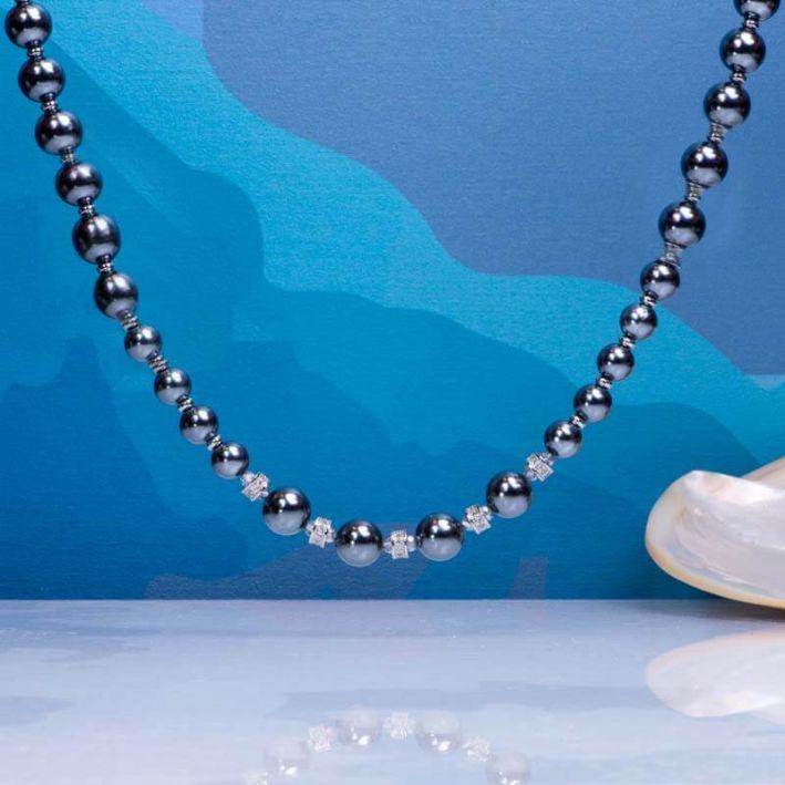 Collier perles de nacre grises et pavage cristal