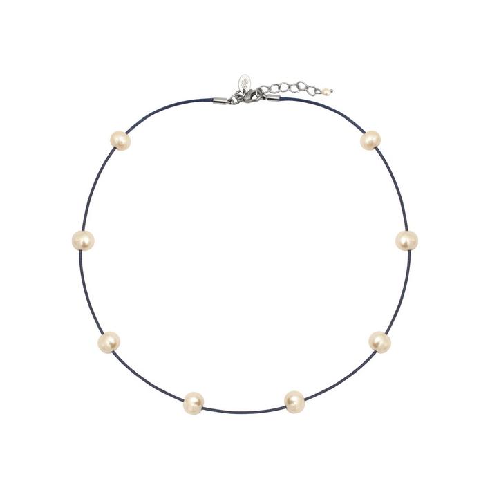 Collier perles blanches sur bleu tendance
