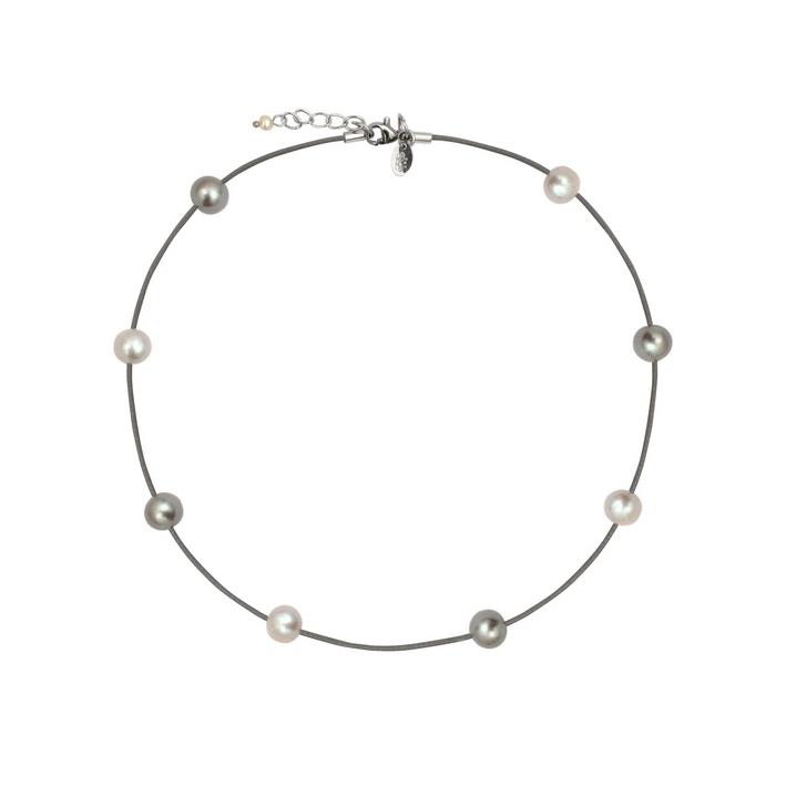 Collier tendance perles argentées sur gris perle