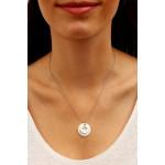 Collier silhouette étoile en métal argenté rhodié sur une métaille en nacre naturelle blanche