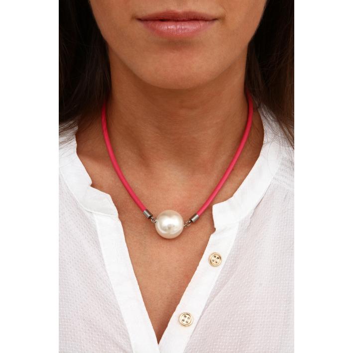 Collier perle de nacre blanche sur cordon cuir rose