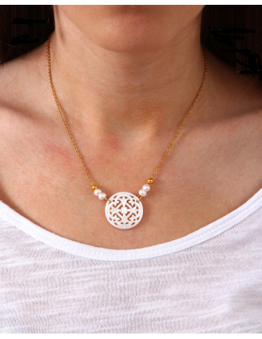 Collier pendentif filigrane croix de nacre blanche sur doré