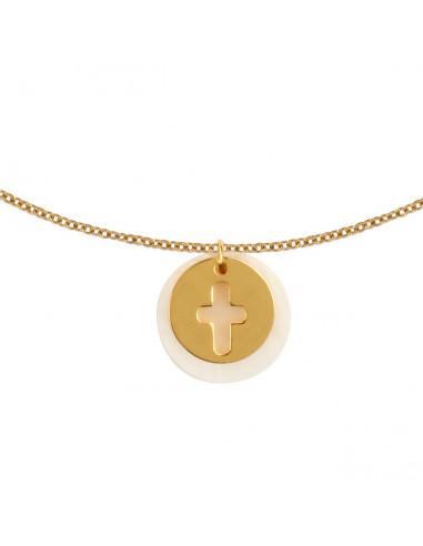 Collier silhouette croix en plaqué or sur une médaille en nacre
