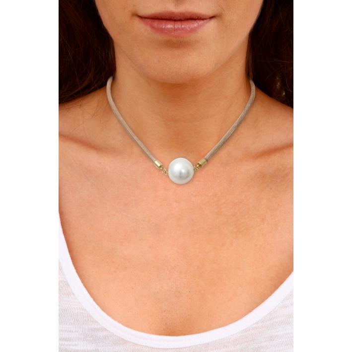 Collier perle de nacre blanche sur cordon cuir sable