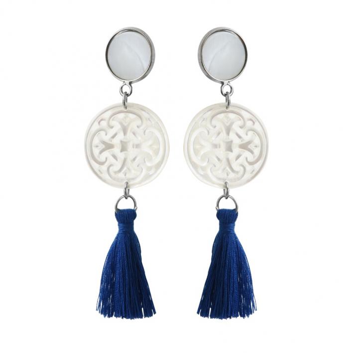Boucles d'oreilles clip croix filigranée en nacre et pompon bleu