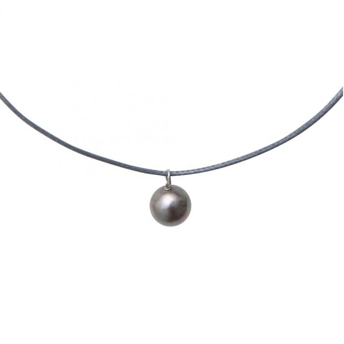 Collier une perle de nacre argentée sur cordon gris