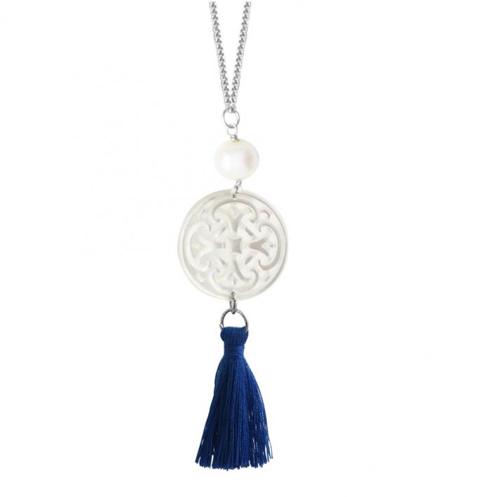 Sautoir disque croix filigranée en nacre et pompon bleu