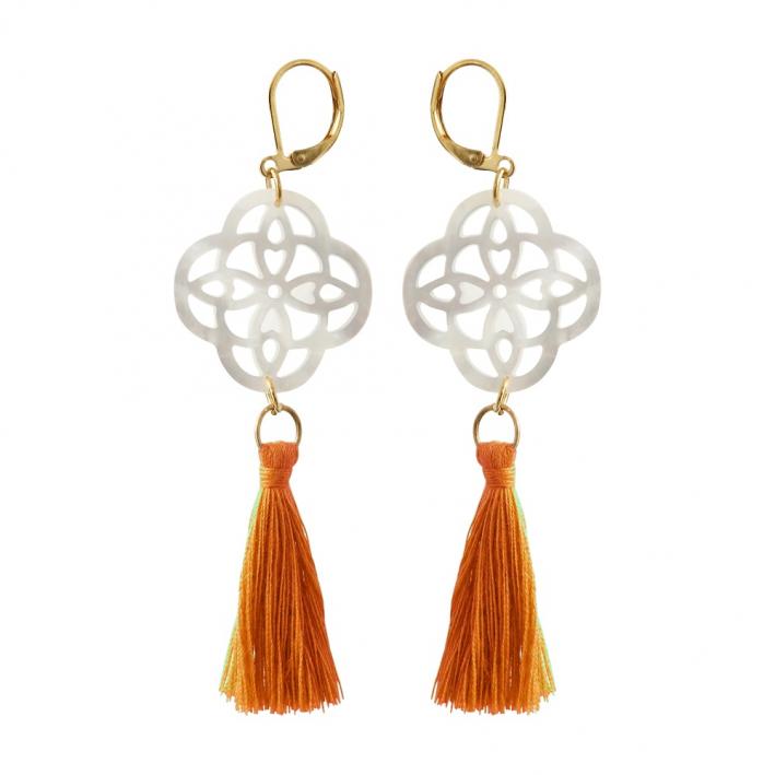 Boucles d'oreilles trèfle filigrané en nacre et pompon orange