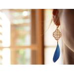 Boucles d'oreilles trèfle filigrané nacre blanche et plume bleue