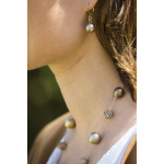 Collier perles de nacre et shamballas déclinaison dorée