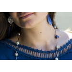 Sautoir perles de nacre camaïeu de bleus sur tubes en métal ciselé