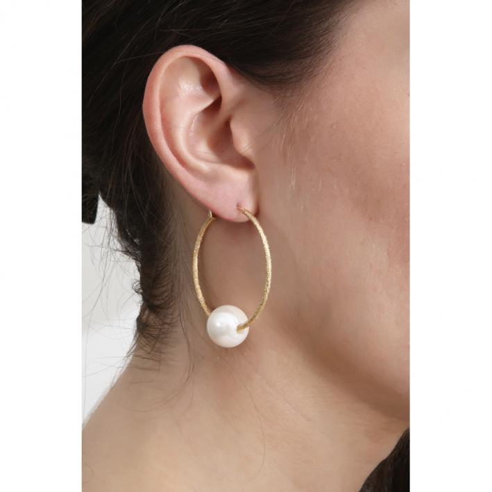 Boucles d'oreilles créoles dorées et perle de nacre blanche