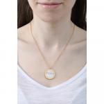 Collier disque médaille de nacre blanche irisée sur acier doré