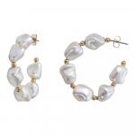 Boucles d'oreilles créoles nacre blanche forme baroque sur doré
