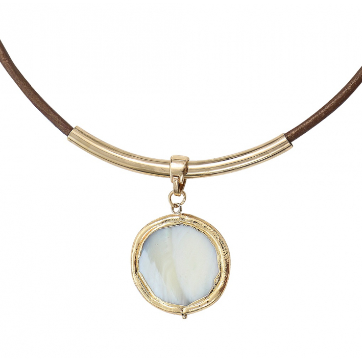 Collier médaille ronde de nacre blanche sertie sur cuir marron
