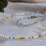 Collier perles de rocaille multicolores et petites perles