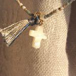 Bracelet perles de rocailles tons bleus croix de nacre et pompon